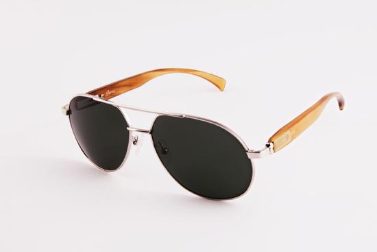 Otra de las firmas que presenta novedades para este verano es Brioni, que nos muestra su primera incursión en gafas de sol con unos elegantísimos modelos con patillas super adaptables. © Brioni